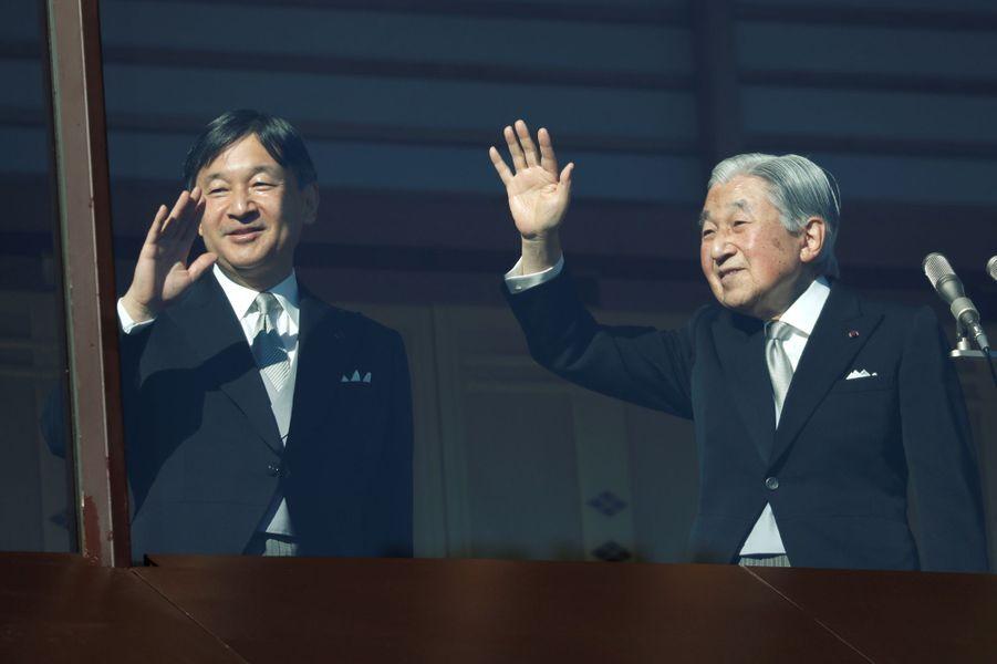 L'empereur Akihito du Japon avec le prince héritier Naruhito à Tokyo, le 23 décembre 2017
