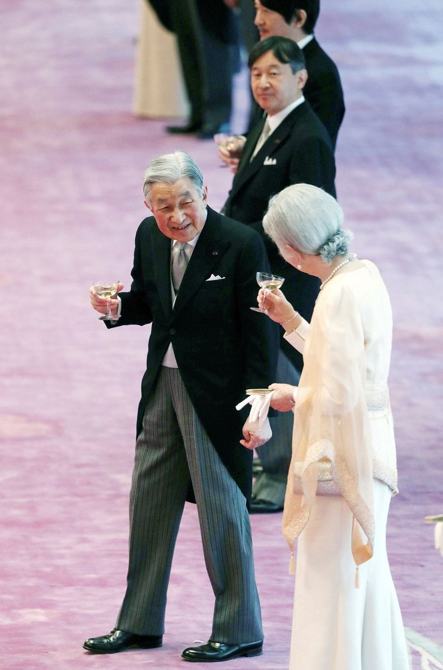 L'empereur Akihito et l'impératrice Michiko du Japon avec leurs deux fils à Tokyo, le 23 décembre 2017