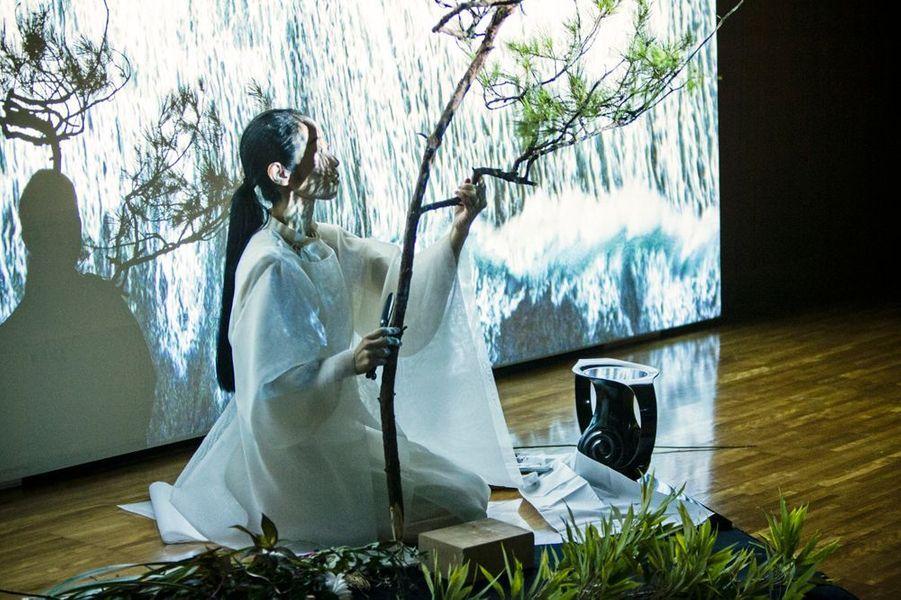Performance d'Ikebana, Ange Leccia Maître Shuhô, lors de l'inauguration de la Villa Kujoyama à Tokyo, le 4 octobre 2014