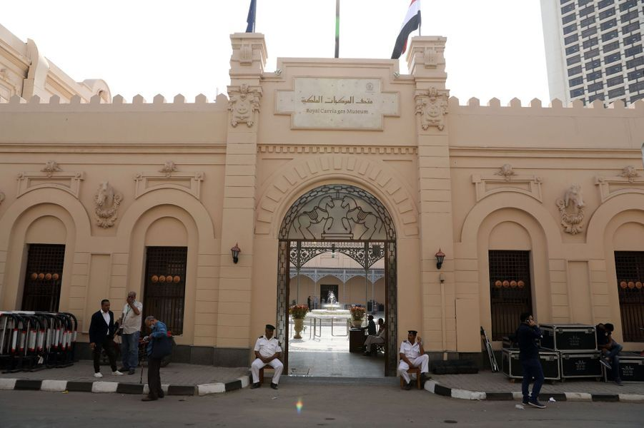 La façade du musée des Carrosses royaux du Caire (anciennes écuries royales), le 1er novembre 2020