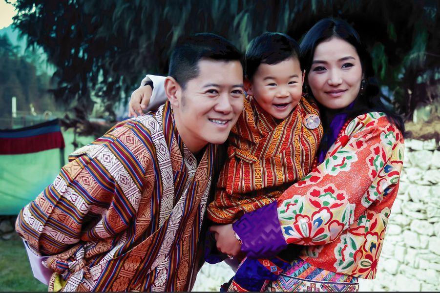 Le roi du Bhoutan Jigme Khesar NamgyelWangchuck, la reine Jetsun Pema et leur fils le Gyalsey à Haa, le 17 décembre 2017