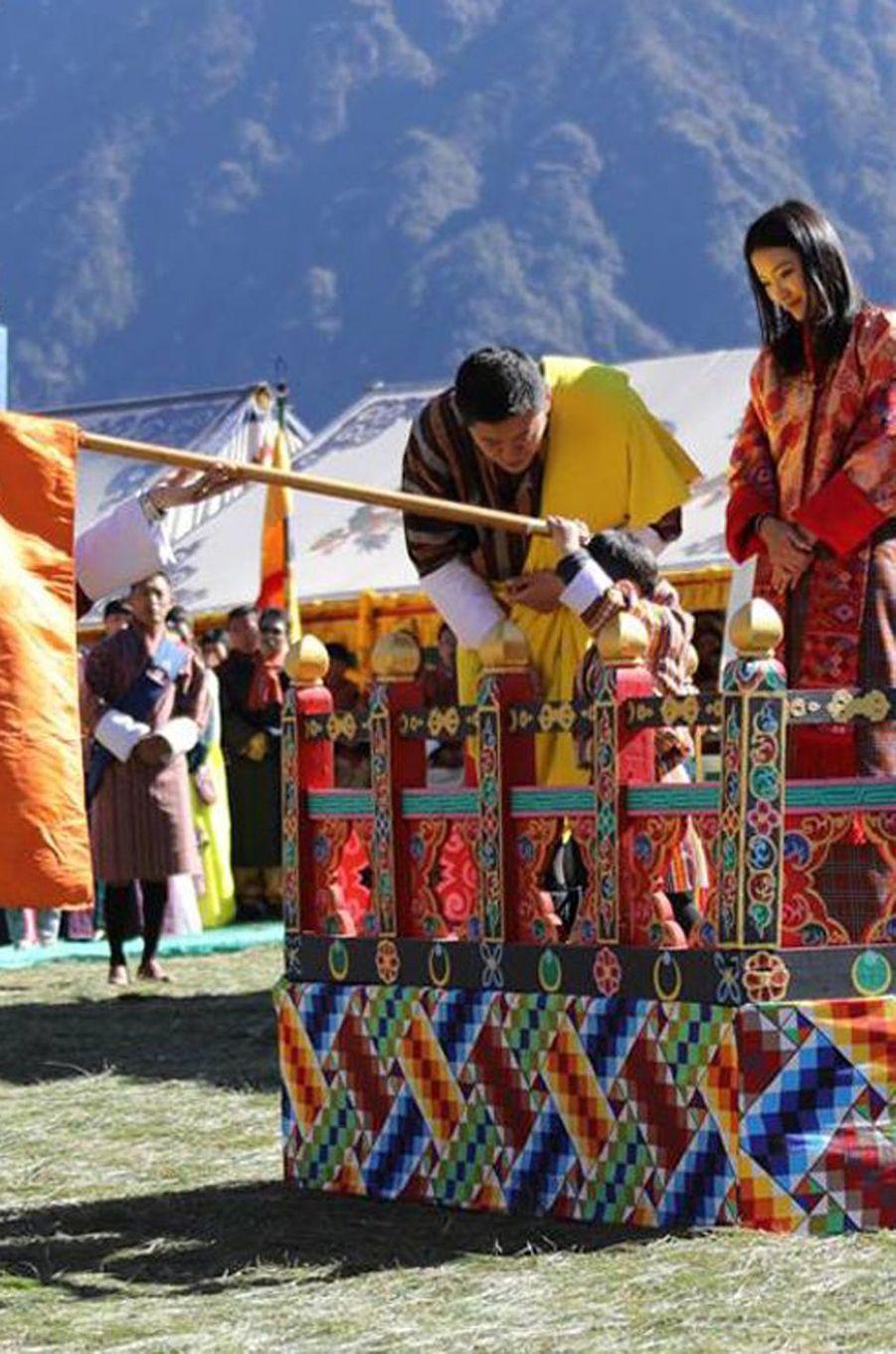 Le roi du Bhoutan Jigme Khesar NamgyelWangchuck, la reine Jetsun Pema et leur fils le Gyalsey à Gasa, le 28 décembre 2017