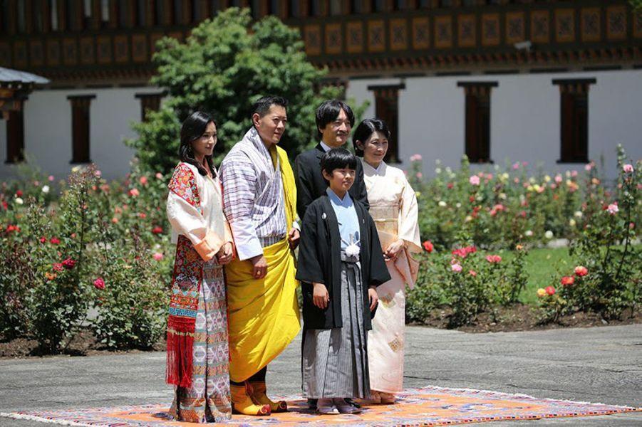 Le prince Hisahito du Japon et ses parents le prince Fumihito d'Akishino et la princesse Kiko avec le roi et la reine du Bhoutan, à Thimphou le 19 août 2019