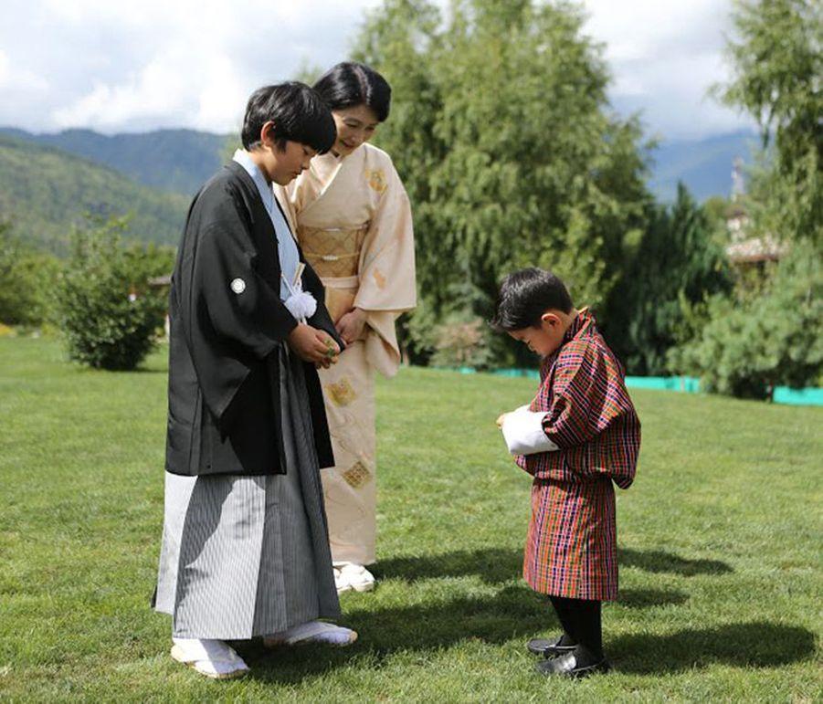 Le prince Hisahito du Japon avec sa mère la princesse Kiko et le petit prince héritier du Bhoutan à Thimphou, le 19 août 2019
