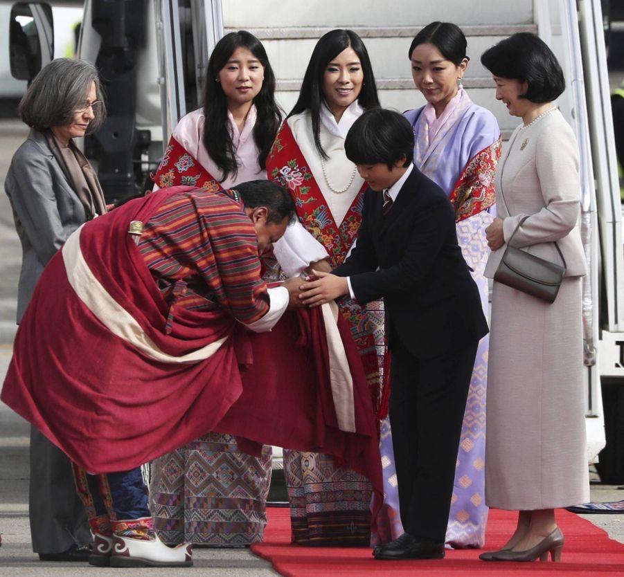 Le prince Hisahito du Japon et sa mère la princesse Kiko à l'aéroport de Paro au Bhoutan, le 17 août 2019
