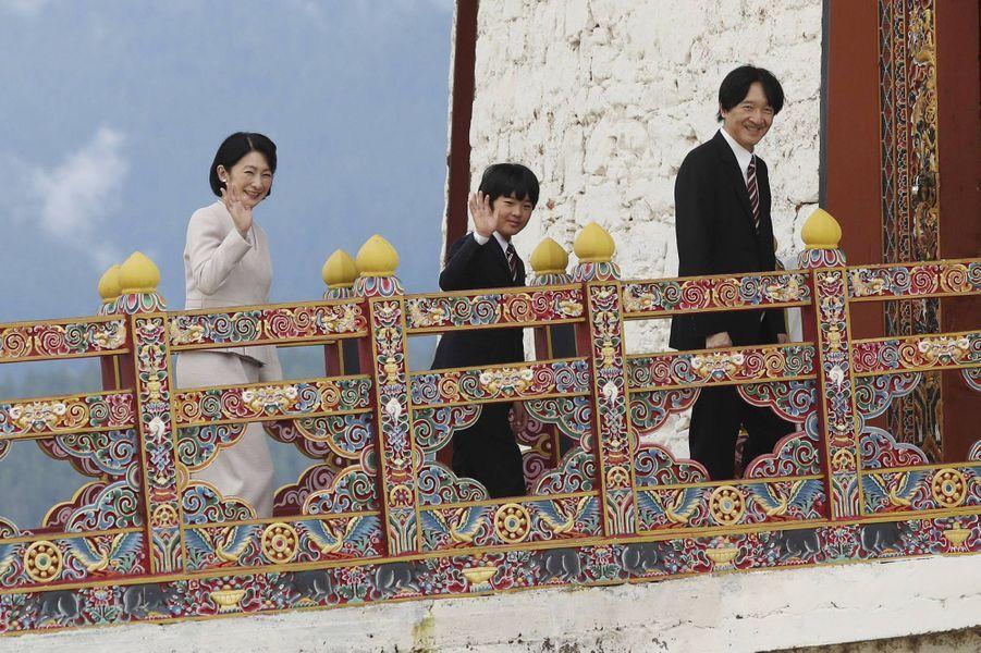 Le prince Hisahito du Japon et ses parents à Paro au Bhoutan, le 17 août 2019