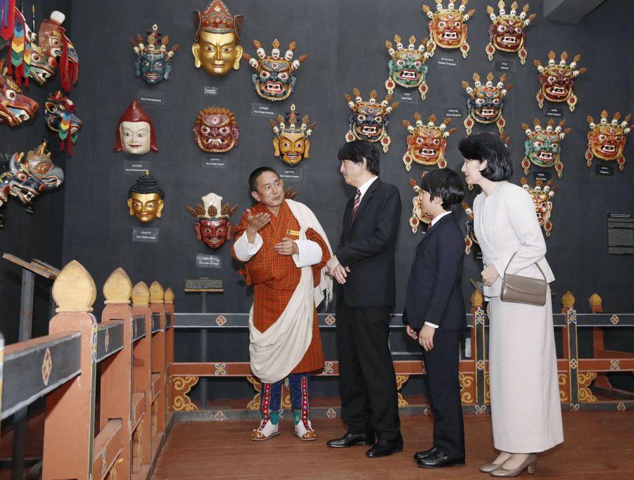 Le prince Hisahito du Japon et ses parents au Musée national à Paro au Bhoutan, le 17 août 2019