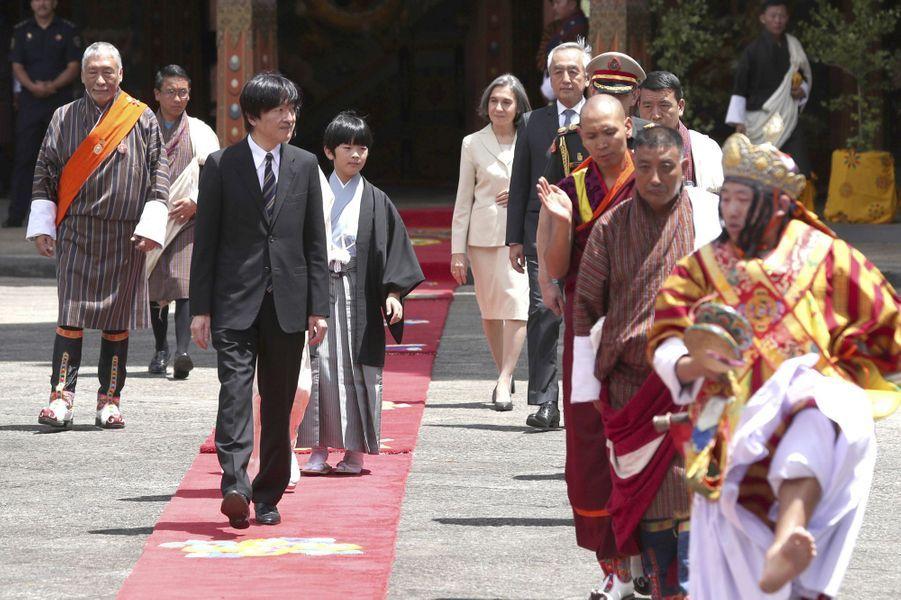 Le prince Hisahito du Japon et son père le prince Fumihito d'Akishino à à Thimphou au Bhoutan, le 19 août 2019