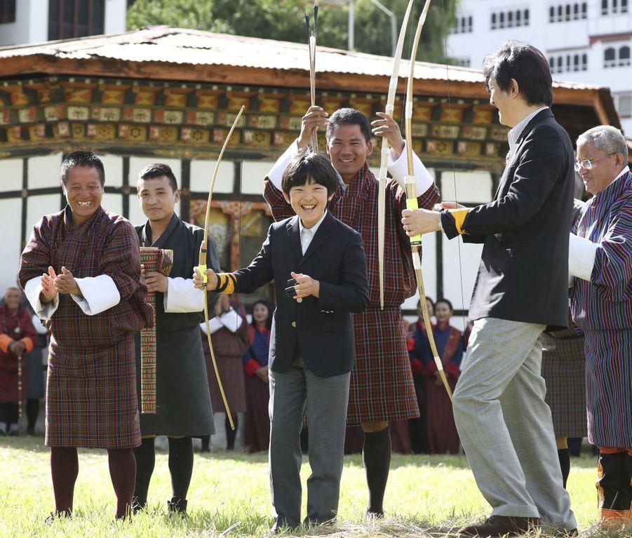 Le prince Hisahito du Japon et son père le prince Fumihito d'Akishino à Thimphou au Bhoutan, le 19 août 2019