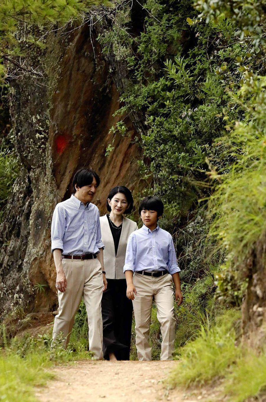 Le prince Hisahito du Japon et ses parents le prince Fumihito d'Akishino et la princesse Kiko au Bhoutan, le 20 août 2019