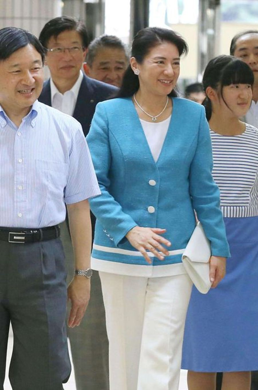 Les princesses Masako et Aiko et le prince Naruhito à la gare de Izukyu-Shimoda, le 11 août 2015