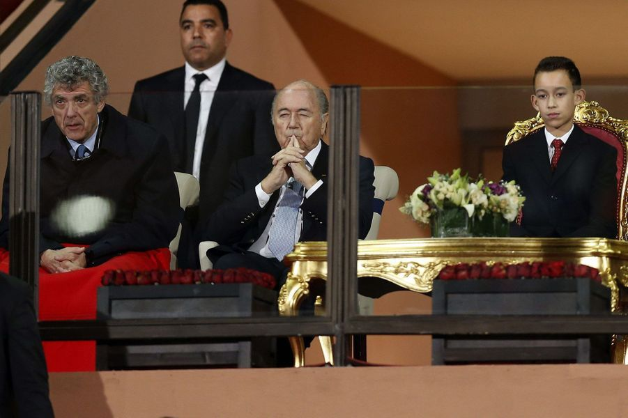 Le prince Moulay El Hassan du Maroc avec, à sa droite, le président de la Fifa Sepp Blatter à Marrakech, le 20 décembre 2014