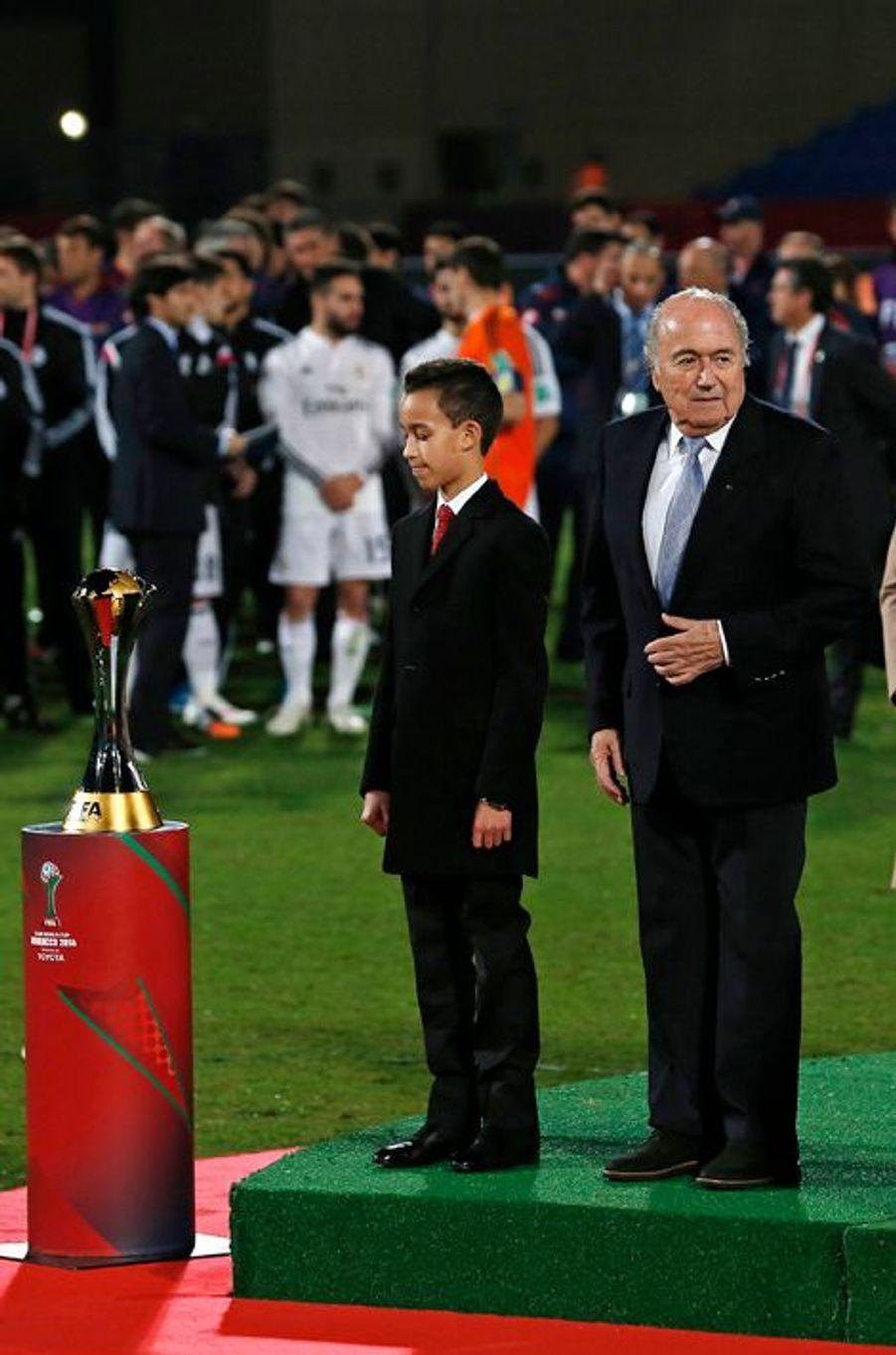 Le prince Moulay El Hassan du Maroc avec le président de la Fifa Sepp Blatter à Marrakech, le 20 décembre 2014
