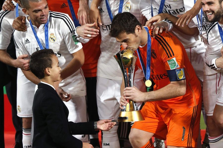 Le prince Moulay El Hassan du Maroc remet la Coupe du monde des clubs à Iker Casillas à Marrakech, le 20 décembre 2014