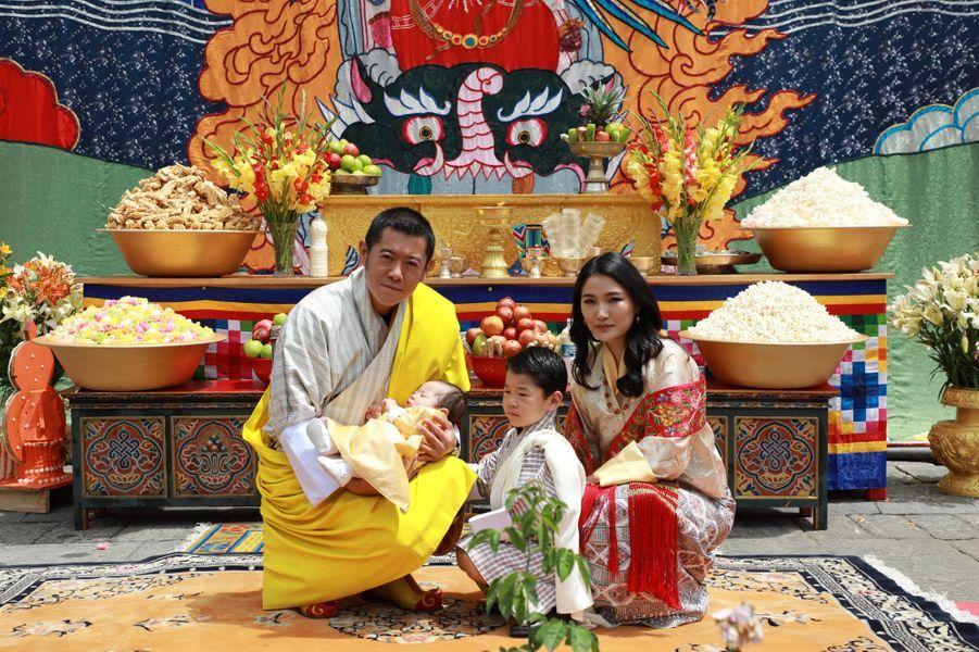 Le roi et la reine du Bhoutan avec leurs deux fils à Thimphou, le 30 juin 2020