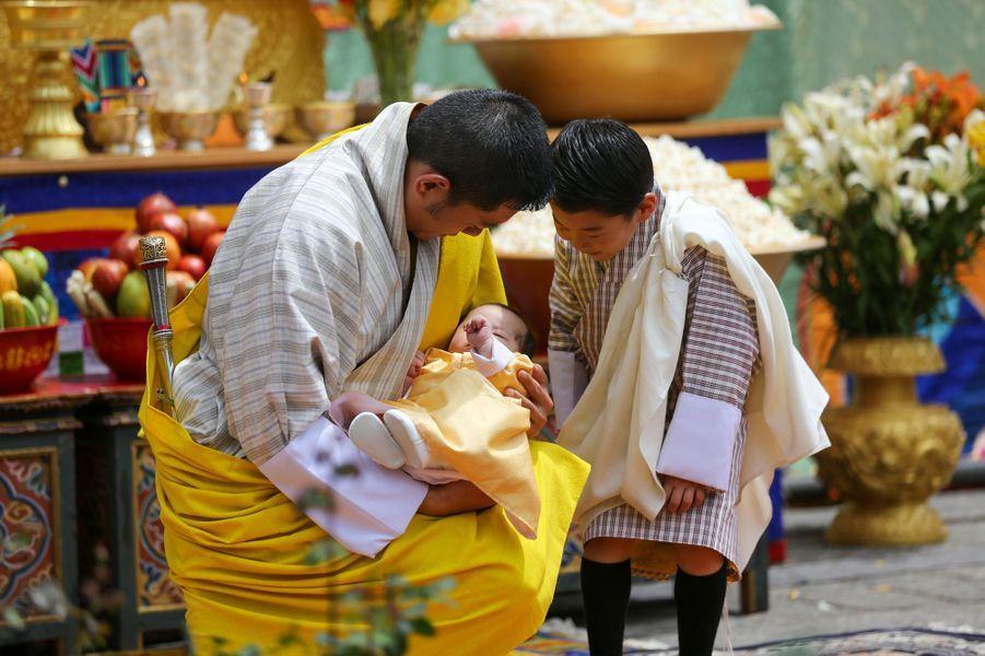 Le roi du Bhoutan Jigme Khesar Namgyel Wangchuck avec ses deux fils à Thimphou, le 30 juin 2020
