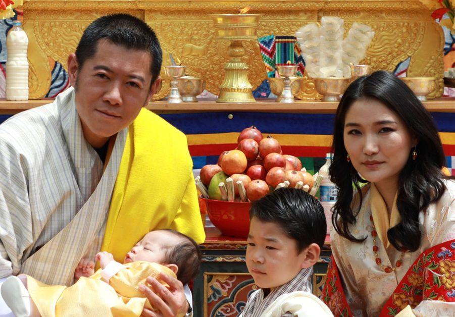 Le roi du Bhoutan Jigme Khesar Namgyel Wangchuck et la reine Jetsun Pema avec leurs deux fils, le 30 juin 2020 à Thimphou