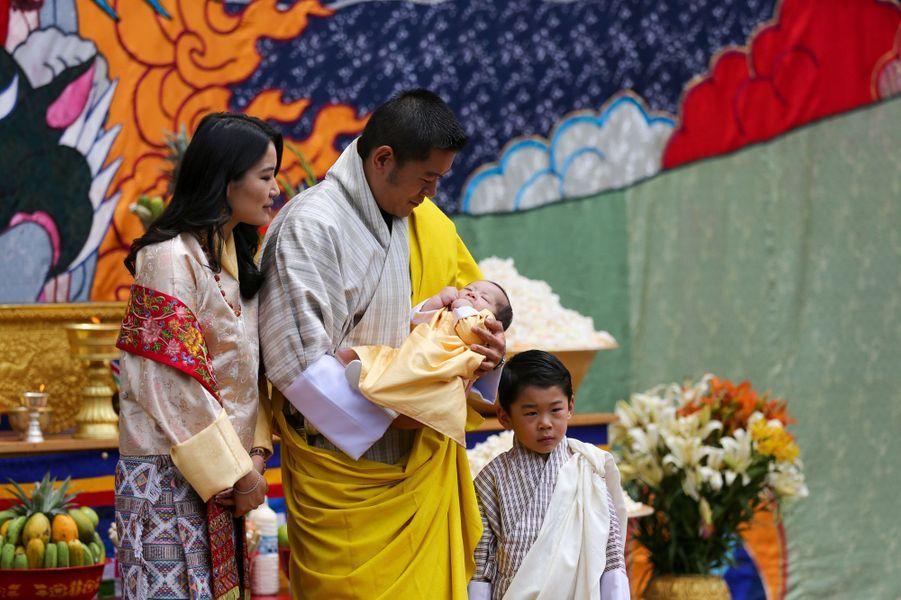Le roi Jigme Khesar Namgyel Wangchuck du Bhoutan et la reine Jetsun Pema avec leurs deux fils à Thimphou, le 30 juin 2020