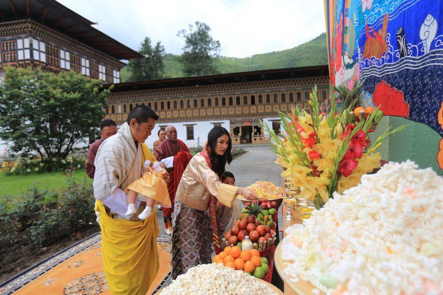 Le roi du Bhoutan Jigme Khesar Namgyel Wangchuck et la reine Jetsun Pema avec leurs deux fils à Thimphou, le 30 juin 2020
