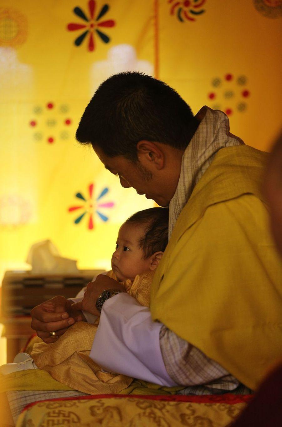 Le roi du Bhoutan Jigme Khesar Namgyel Wangchuck et son deuxième fils le Gyalsey Ugyen à Thimphou, le 30 juin 2020