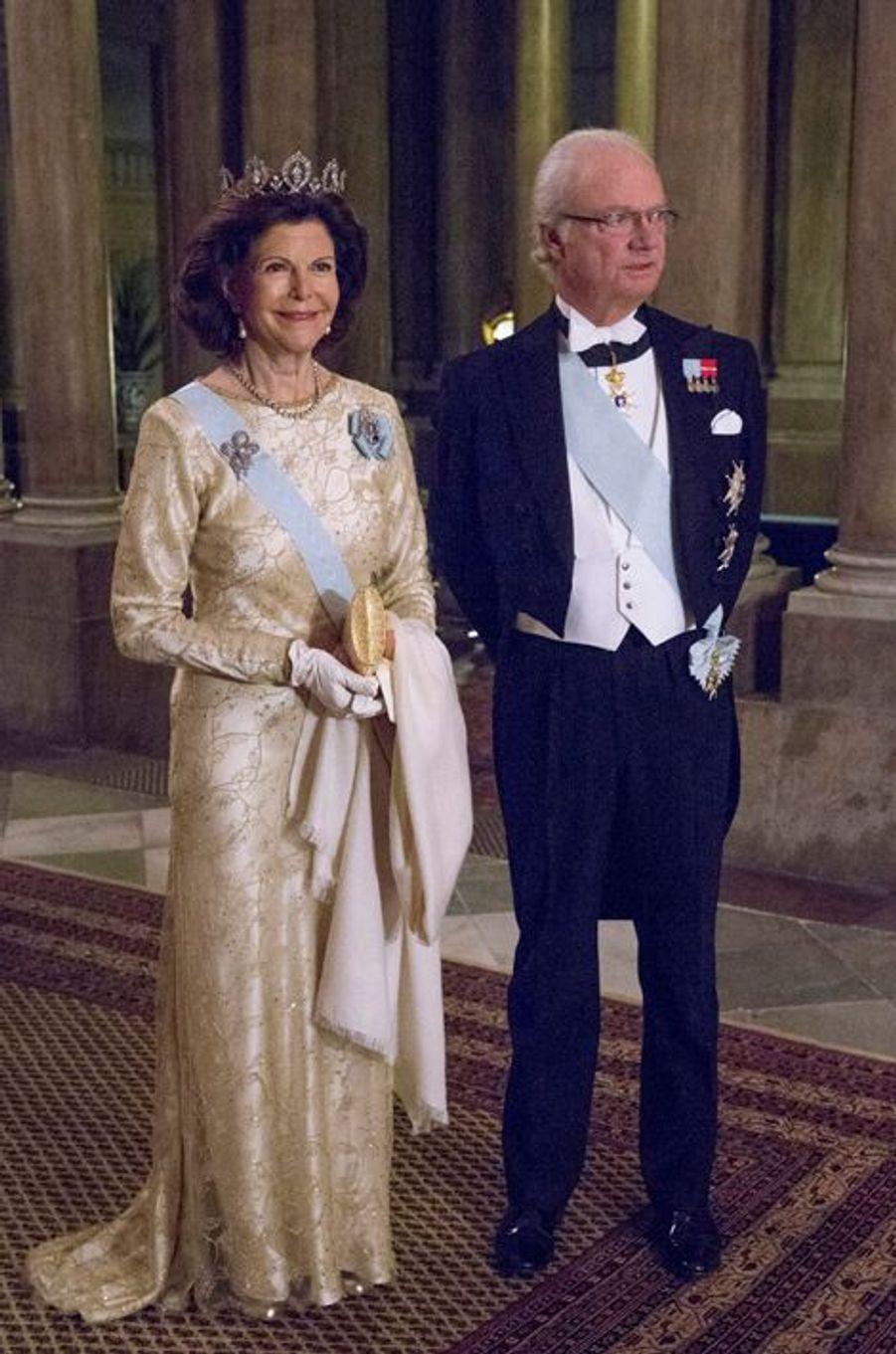 La reine Silvia et le roi Carl XVI Gustaf au premier dîner de l'année au Palais royal à Stockholm, le 11 février 2015