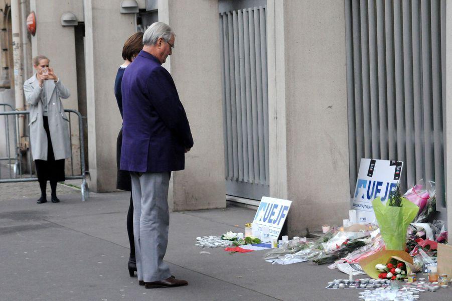 Le prince Henrik se recueille devant l'ambassade du Danemark à Paris, le 16 février 2015