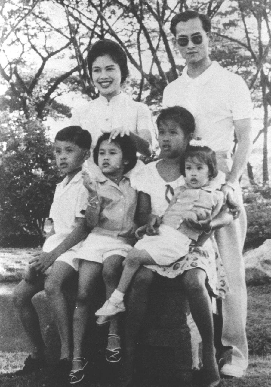 Le prince héritier de Thaïlande Maha Vajiralongkornen famille, en décembre 1961.