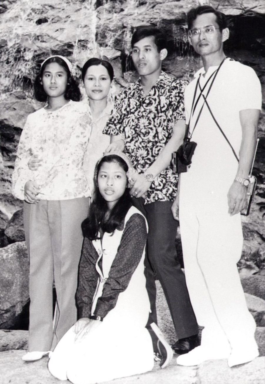 Le prince héritier de Thaïlande Maha Vajiralongkornen famille au début des années 1970.