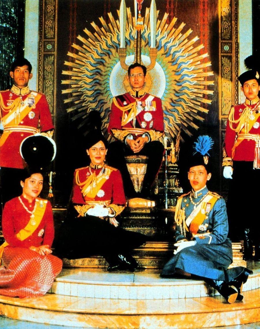Le prince héritier de Thaïlande Maha Vajiralongkornen famille, en aout 1980.