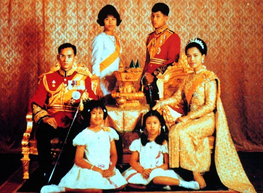 Le prince héritier de Thaïlande Maha Vajiralongkornen famille, en juin 1968.