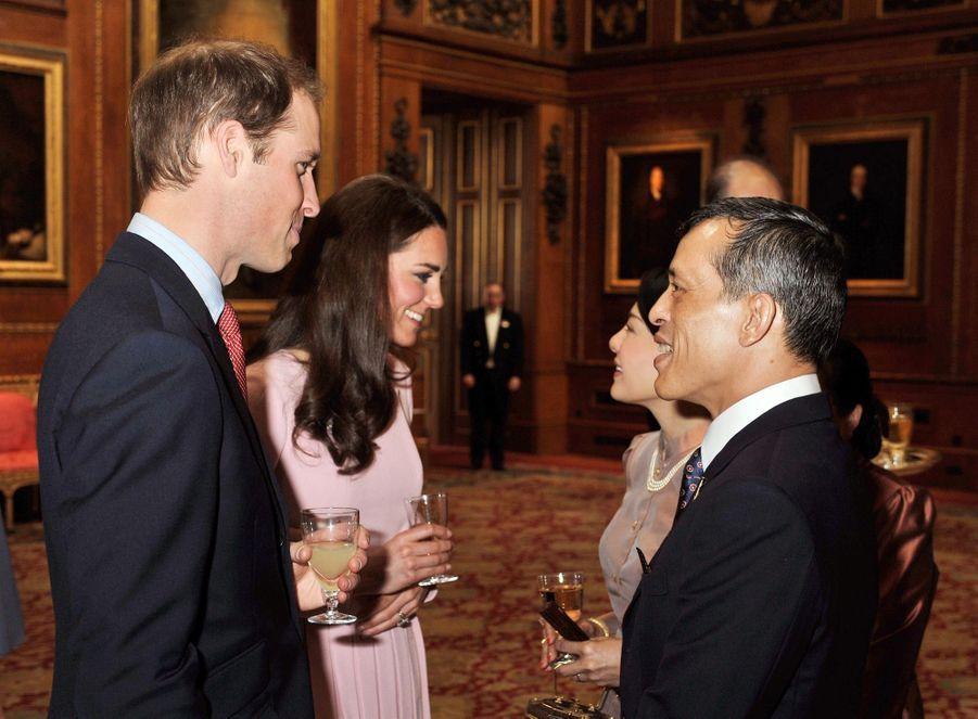 Le prince héritier de Thaïlande Maha Vajiralongkorn et son épouse Srirasmi, accueillis par Kate Middleton et le prince William à l'occasion du jubilé des 60 ans du règne de la reine Elizabeth II, à Londres en mai 2012.