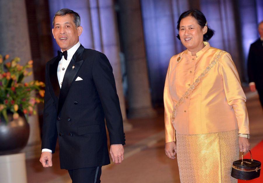 Le prince héritier de Thaïlande Maha Vajiralongkorn et sa sœur la princesse Maha Chakri Sirindhorn, à la passation du trône de la reine Beatrix au roi Willem-Alexander des Pays-Bas, à Amsterdam en avril 2013.