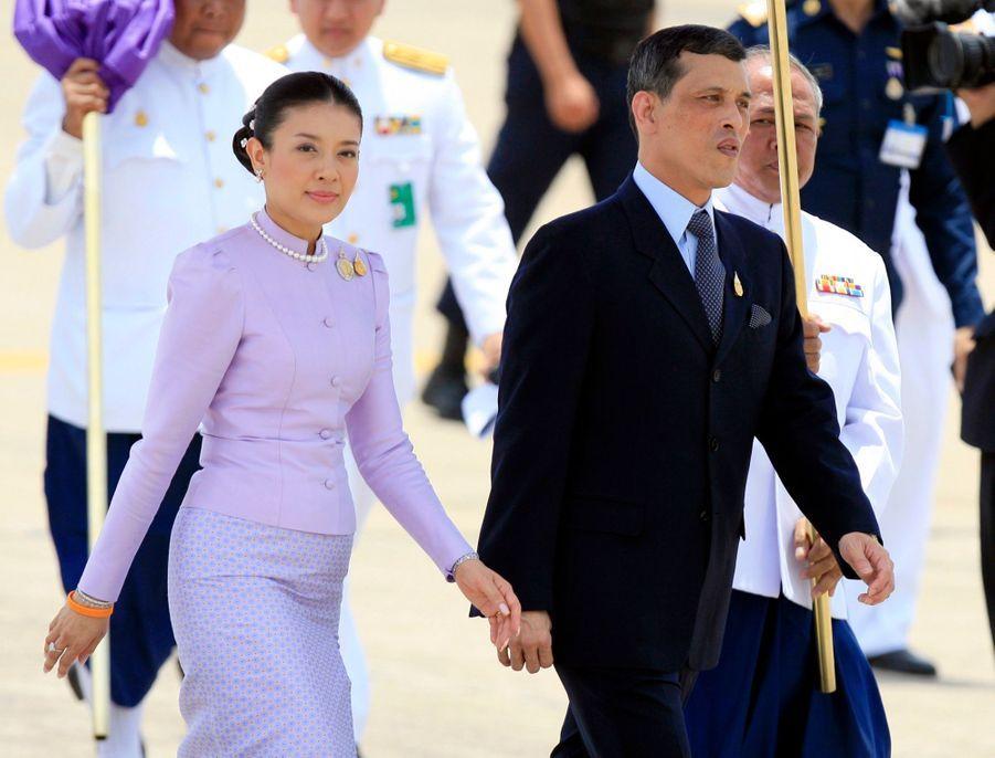 Le prince héritier de Thaïlande Maha Vajiralongkorn avec son épouse Srirasmi, accueillant à Bangkok les invités du jubilé des 60 ans de règne du roi Bhumibol, en juin 2006.