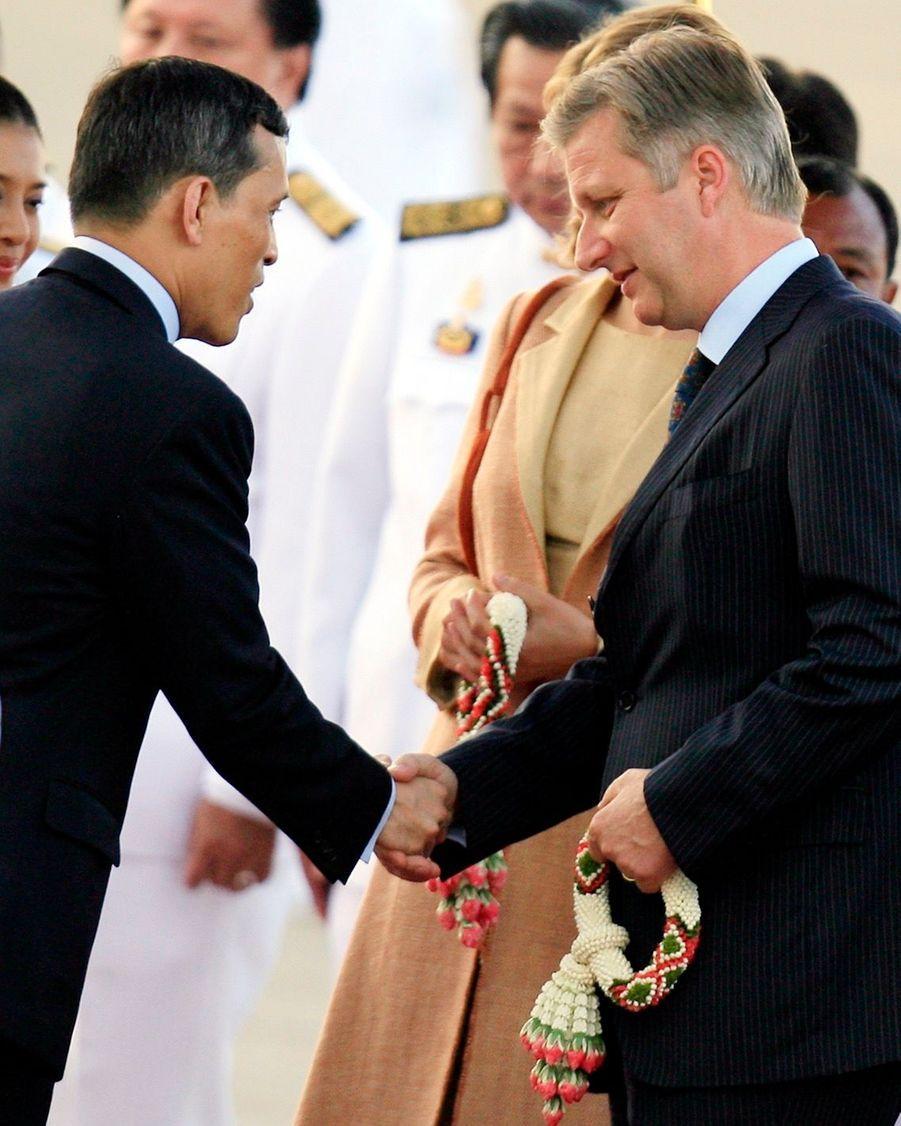 Le prince héritier de Thaïlande Maha Vajiralongkorn et son épouse Srirasmi accueillent Philippe et son épouse Mathilde, alors couple princier héritier du royaume de Belgique, à Bangkok en juin 2006.