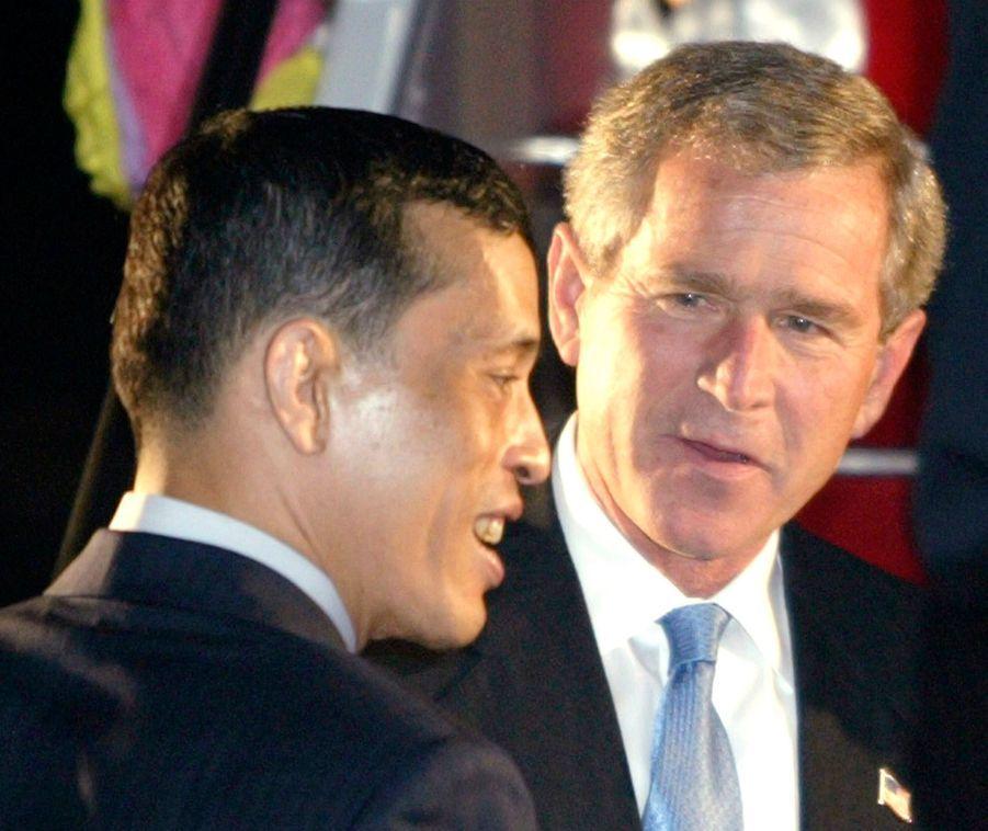 Le prince héritier de Thaïlande Maha Vajiralongkorn avec le président américain George W. Bush, à Bangkok en octobre 2003.