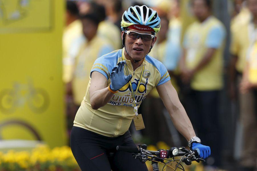 Le prince héritier de Thaïlande Maha Vajiralongkorn, lors de la grande course cycliste organisée à travers Bangkok pour soutenir son père le roi, hospitalisé en décembre 2015.