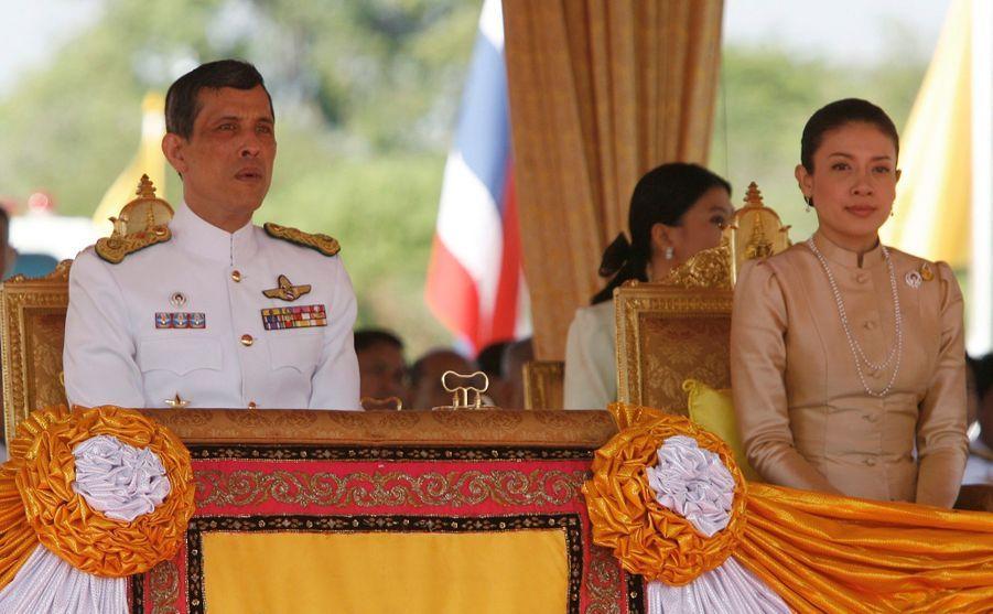 Le prince héritier de Thaïlande Maha Vajiralongkorn avec son épouse Srirasmi, à Bangkok en mai 2008.