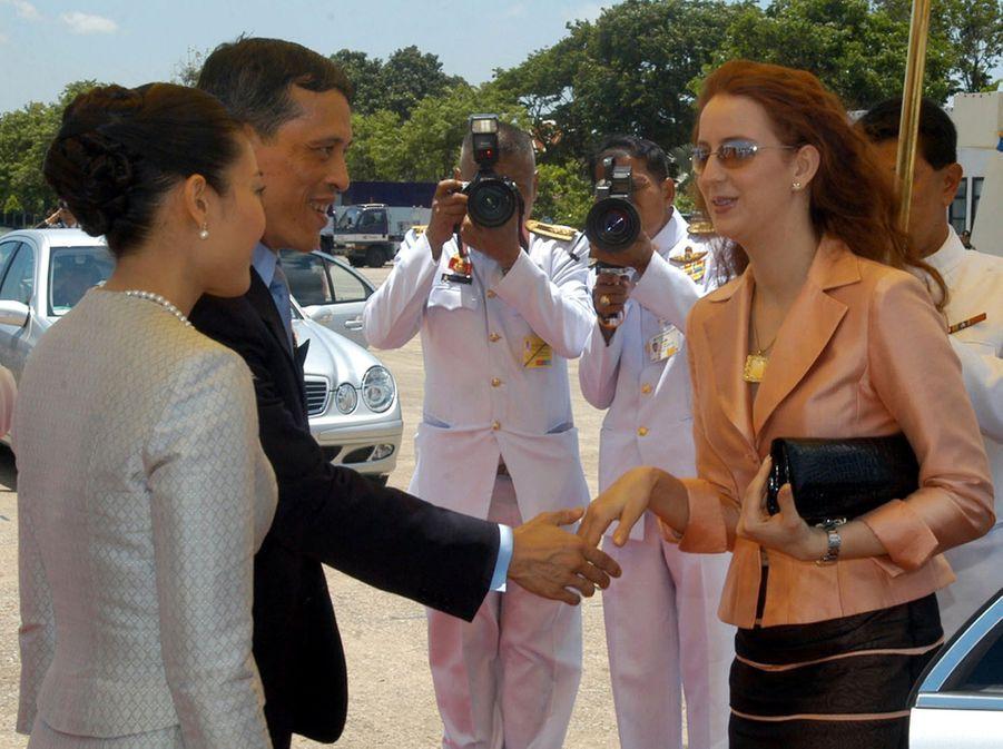 Le prince héritier de Thaïlande Maha Vajiralongkorn et son épouse Srirasmi accueillent Lalla Salma du Maroc, à Bangkok en juin 2006.