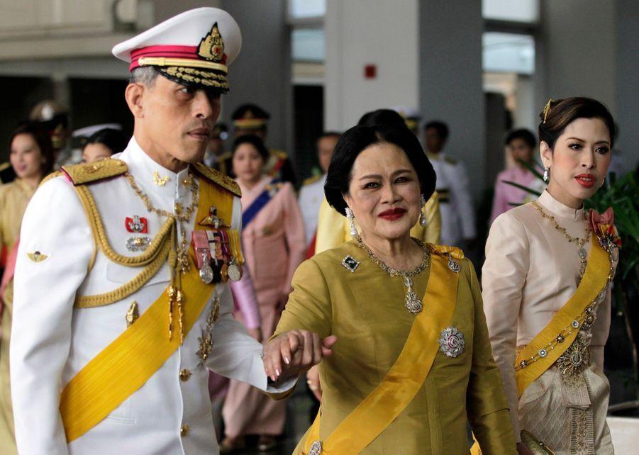 Le prince héritier de Thaïlande Maha Vajiralongkorn avec sa mère la reine Sirikit et sa sœur la princesse Chulabhorn, à Bangkok en décembre 2010.