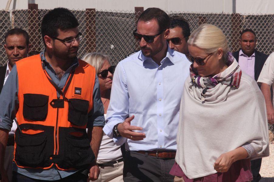 Mette-Marit et Haakon de Norvège visitent le camp de Zaatari dans la ville de Mafraq où vivent des réfugiés syriens, le 21 octobre 2014