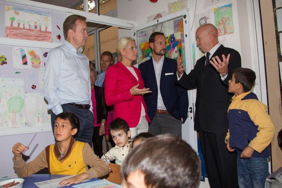 Mette-Marit et Haakon de Norvège visitent le centre d'enregistrement du HCR de Khalda, le 22 octobre 2014