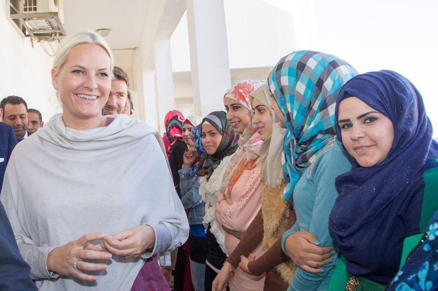 Mette-Marit et Haakon de Norvège visitent un centre de formation professionnelle pour les jeunes à Amman Est, le 21 octobre 2014