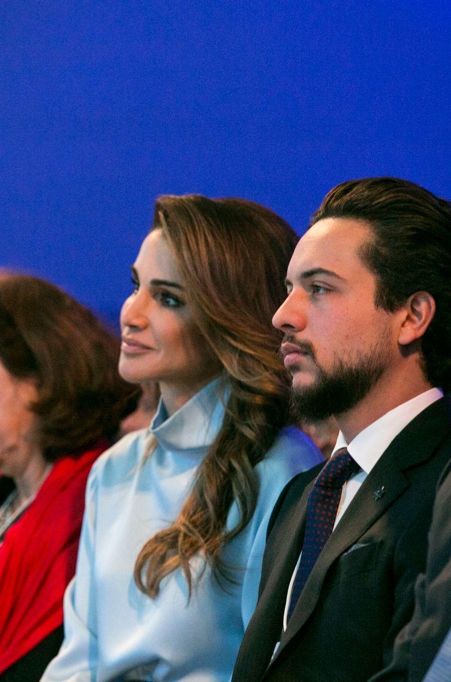Le prince Hussein de Jordanie avec son mère la reine Rania, le 25 janvier 2018