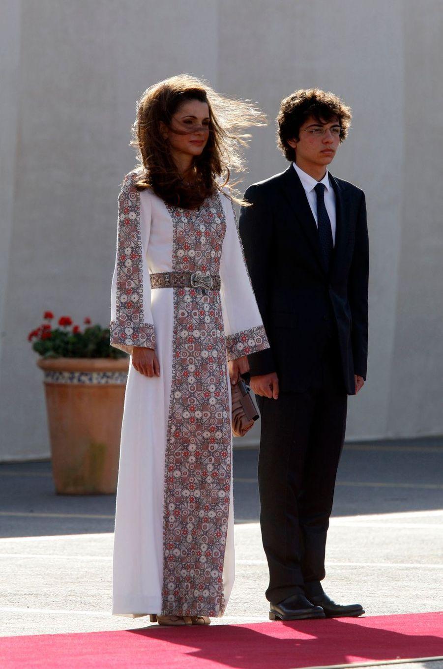Le prince Hussein de Jordanie avec son mère la reine Rania, le 25 mai 2011