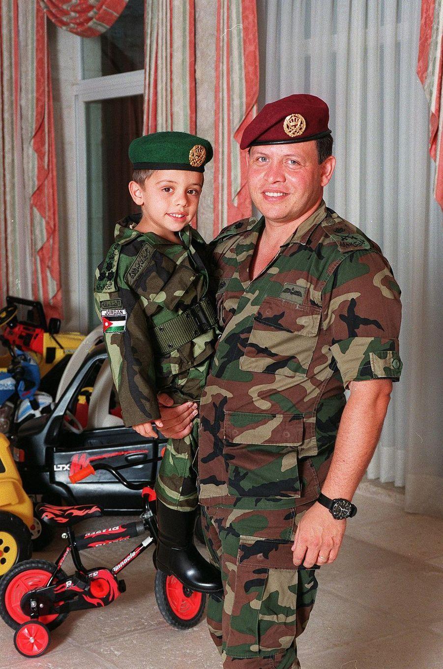 Le prince Hussein de Jordanie avec son père le prince Adballah, en 1998