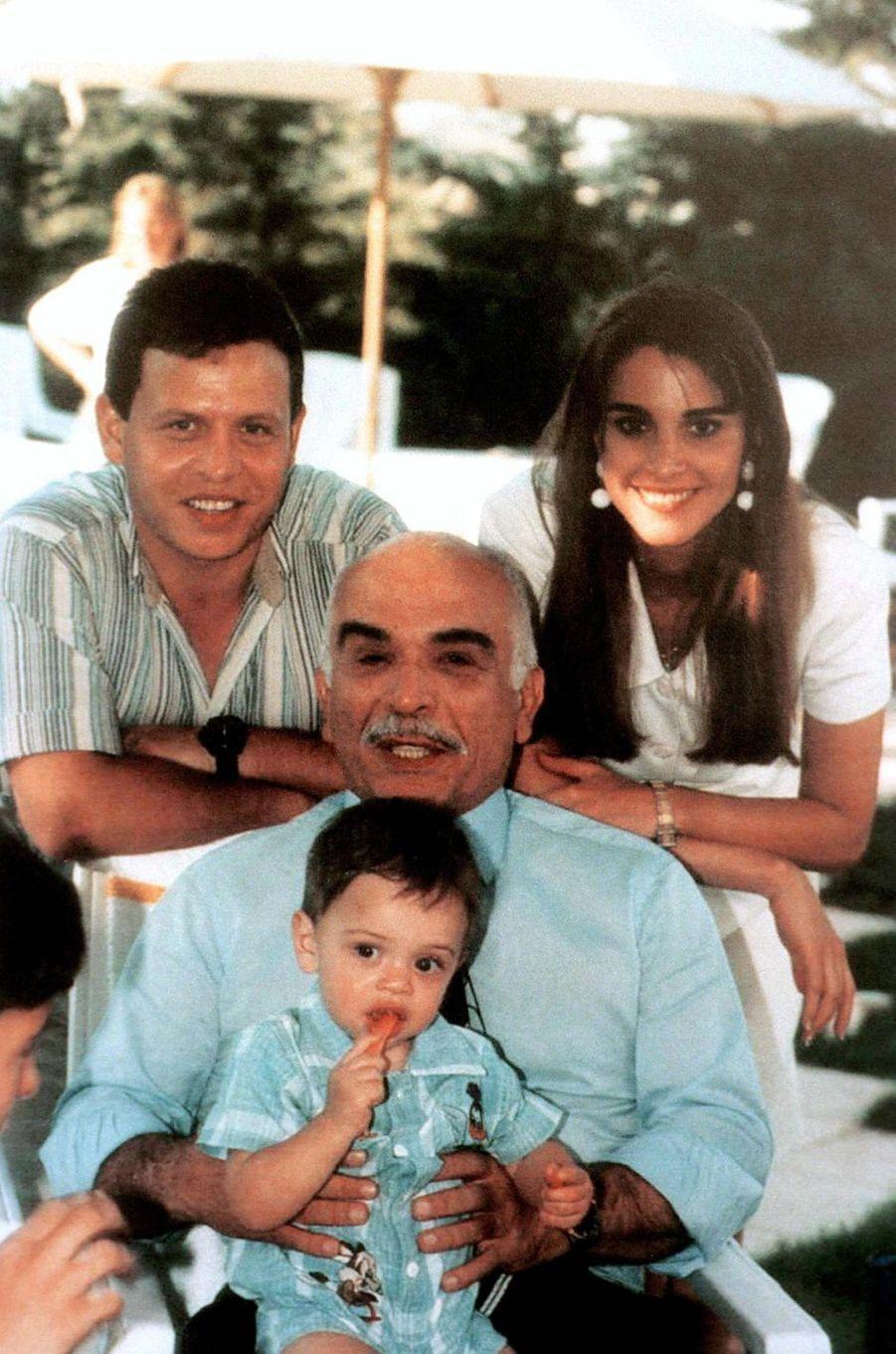 Le prince Hussein avec ses parents et son grand-père le roi Hussein de Jordanie, en 1995
