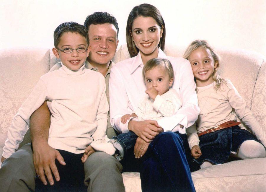 Le prince Hussein de Jordanie avec ses parents et ses deux soeurs, le 1er juin 2003