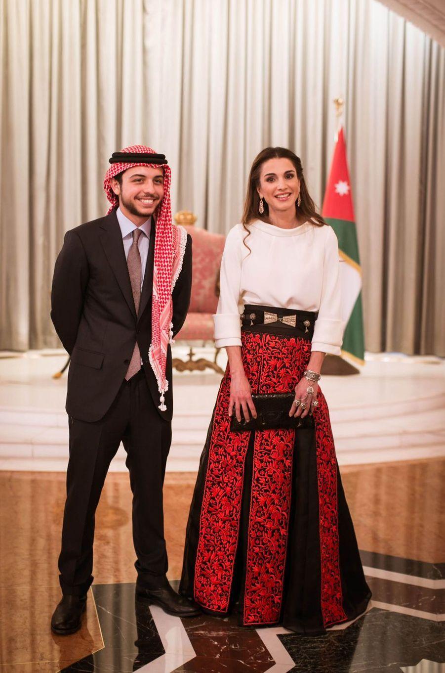 Le prince Hussein de Jordanie avec son mère la reine Rania, le 25 mai 2015