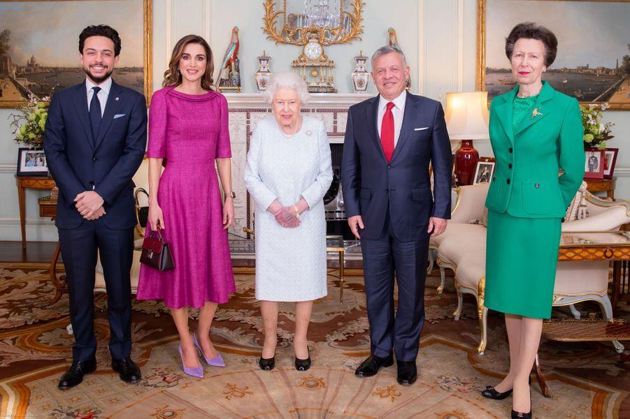 Le prince Hussein de Jordanie avec ses parents, la reine Elizabeth II et la princesse Anne, le 28 février 2019