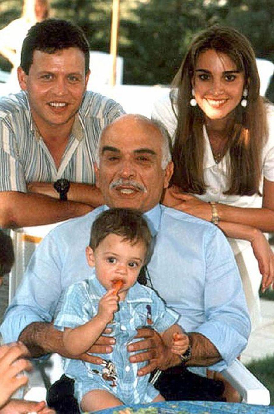Le prince Hussein avec ses parents et le roi Hussein de Jordanie (photo non datée)